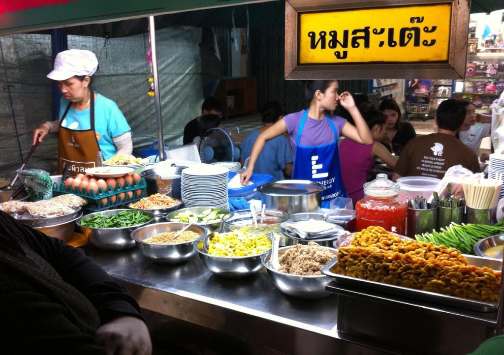De thailandske byer har masser af gadekøkkener med god mad