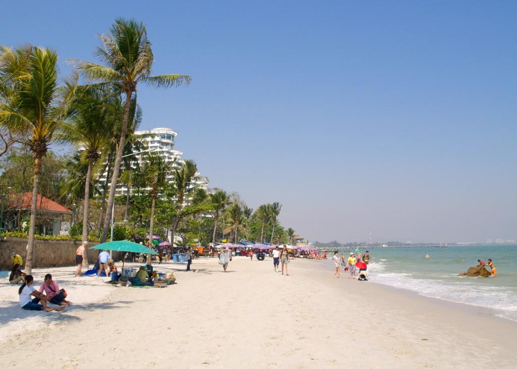 Kysten har mange lange strande. Her ved Hua Hin